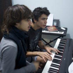 Aula de teclado com Lucas